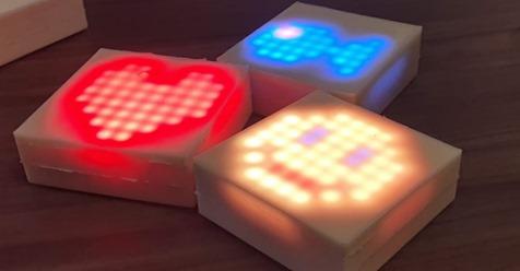 Puzzelen met lichtgevende tegels in het zwembad